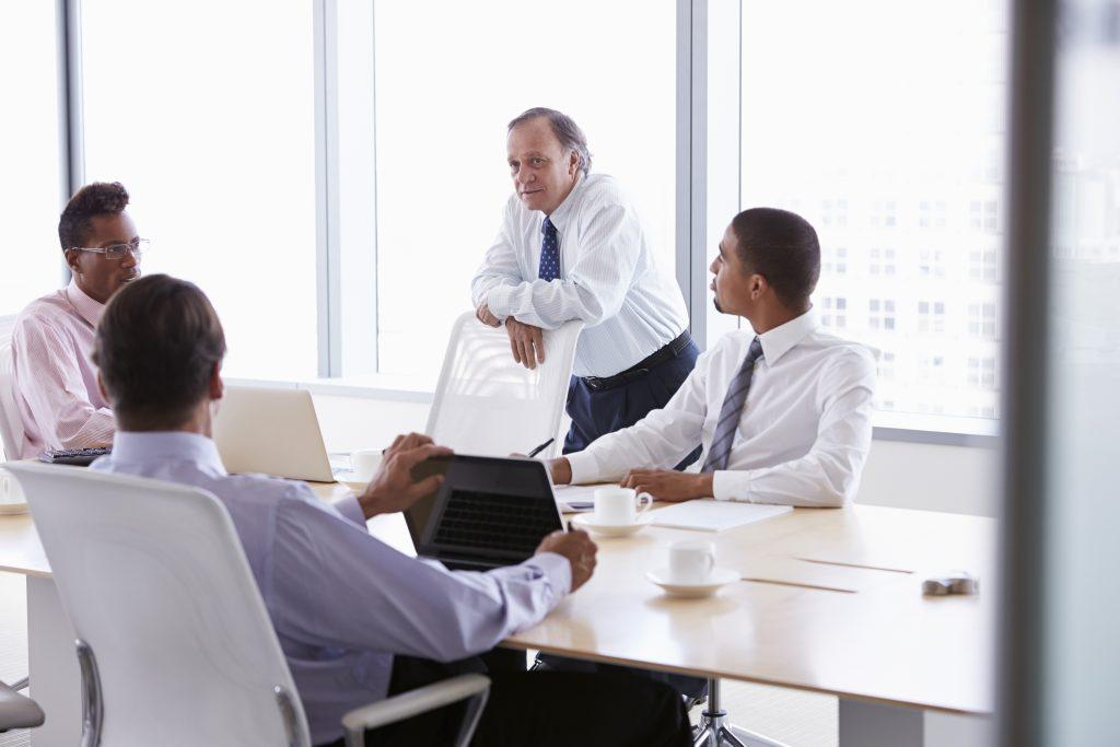 Equipe decidindo quem deve liderar a transformação digital em uma empresa na área financeira