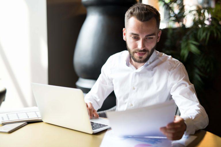 Homem realizando o SPED e a transformação digital no ambiente fiscal