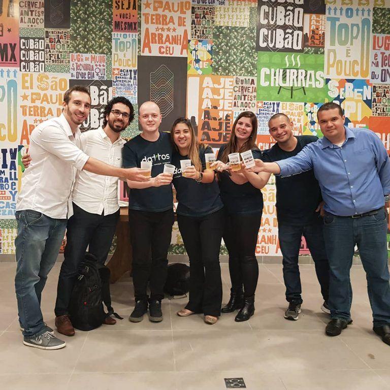Equipe dattos comemorando a nova sede no Dattos acelera expansão em nova sede do Cubo Itaú