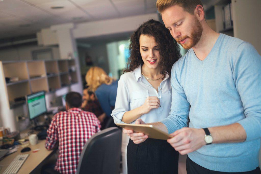 Pessoas realizando em um tablet Análises de Tendências e KPIs Financeiros