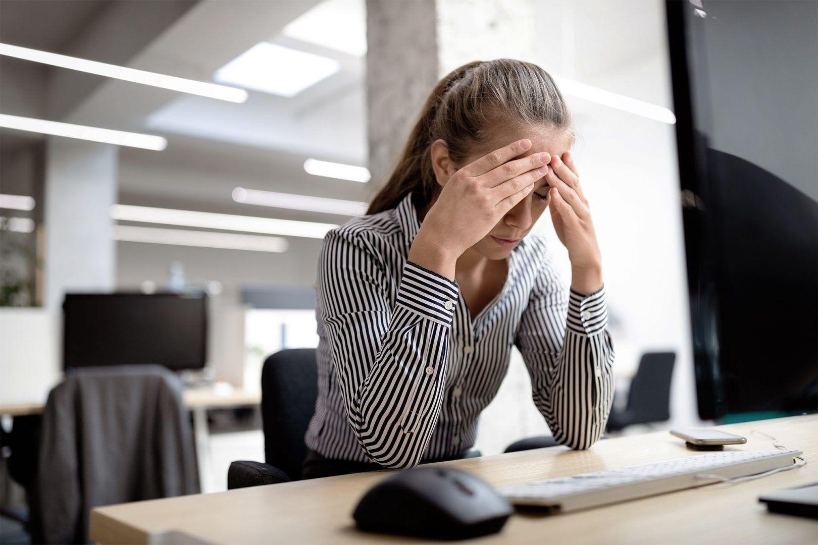 Mulher analista contadora, realizando o fechamento contábil em planilhas
