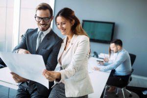 Um gerente e uma coordenadora vendo resultados da conciliação