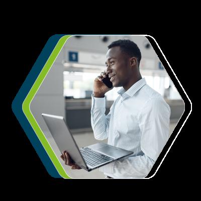 Representante de desenvolvimento de vendas, homem, negro, jovem, realizando uma ligação com computador na mão.